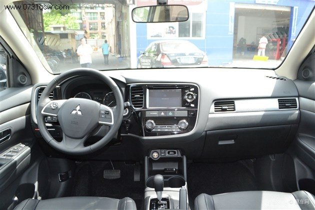 配置方面,新车配备了全彩色液晶显示器,无钥匙进入,外后视镜加热,胎压