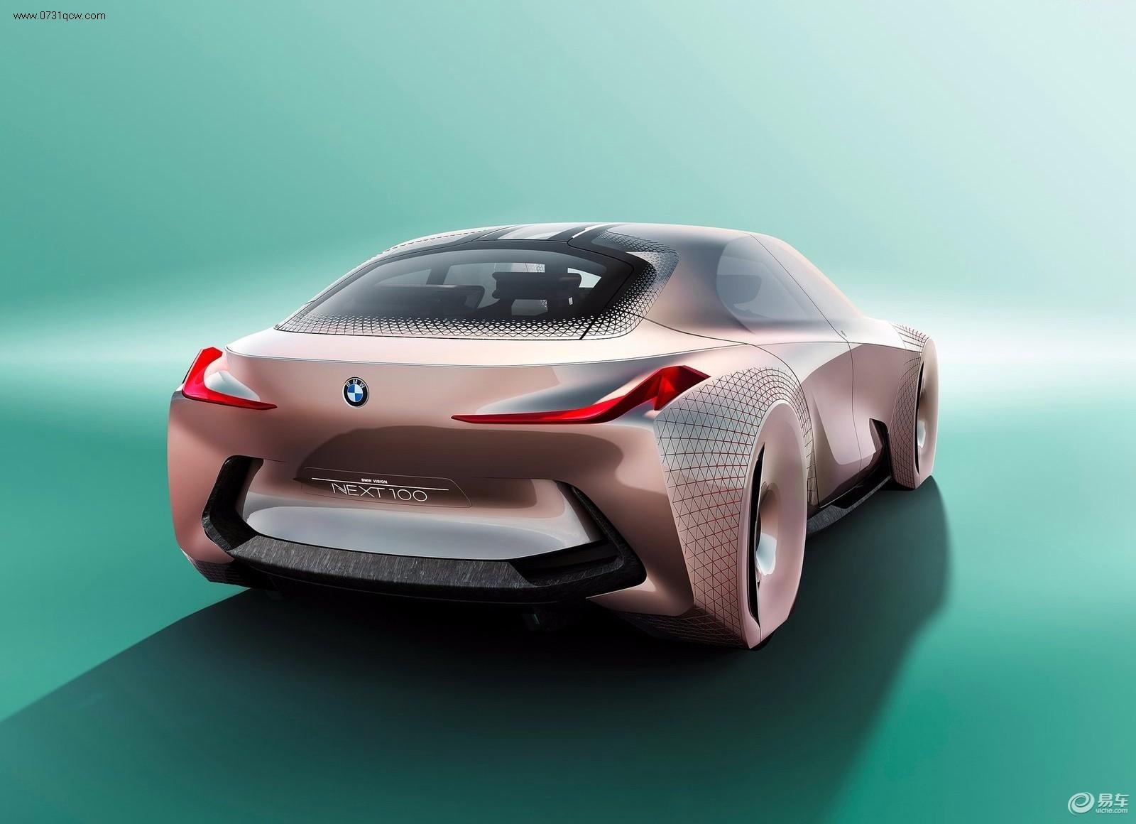 2015年3月7日,宝马集团百年庆典在慕尼黑举行,同时发布BMW VISION NEXT 100概念车。该车将于4月25日开幕的北京国际车展首发。   宝马相信,在不远的将来,全自动驾驶汽车将会普及,汽车对于人们来说或许将会变成轮子上的机器。汽车最终会被沦为人类的运输工具吗?VISION NEXT 100的设计初衷,就是要探索未来百年宝马汽车的存在意义。  VISION NEXT 100的诞生,构建于四大理念之上:以驾驶者为中心、人工智能与感知技术合二为一、创新材料带来的机遇,以及将延续下去的愉悦移动体验